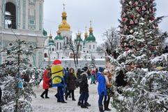 La gente y los caracteres del movieat en St Sophia ajustan cerca del árbol de navidad de la ciudad Imagen de archivo libre de regalías