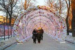 La gente y los turistas caminan en el túnel de la luz de la Navidad en el bulevar de Tverskoy adornado como parte de viaje del `  Fotos de archivo