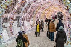 La gente y los turistas caminan a lo largo de Moscú adornaron por Año Nuevo y Imagen de archivo libre de regalías