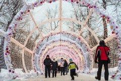 La gente y los turistas caminan a lo largo de Moscú adornaron por el Año Nuevo Fotos de archivo libres de regalías