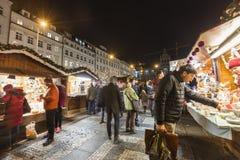 2017 - La gente y los turistas que visitan los mercados de la Navidad en el Wenceslao ajustan en Praga Fotografía de archivo libre de regalías