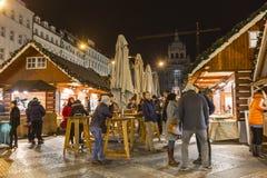 2017 - La gente y los turistas que visitan los mercados de la Navidad en el Wenceslao ajustan en Praga Fotos de archivo libres de regalías