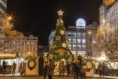 2017 - La gente y los turistas que visitan los mercados de la Navidad en el Wenceslao ajustan en Praga Foto de archivo libre de regalías