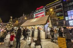 2017 - La gente y los turistas que visitan los mercados de la Navidad en el Wenceslao ajustan en Praga Imagen de archivo