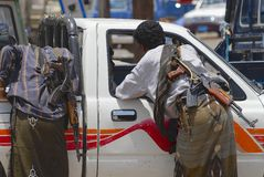 La gente yemenita con le mitragliatrici del Kalashnikov parla con autista di automobile a Aden, Yemen Fotografia Stock Libera da Diritti
