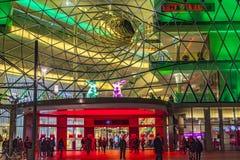 La gente a Zeil si diverte guardando un'installazione leggera alla notte Fotografie Stock Libere da Diritti