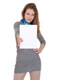 La gentille femme tient la page du papier blanche Photos stock