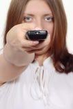 La gentille fille avec une électronique de panneau de commande Image libre de droits