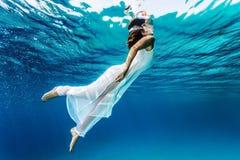 La gentille fille émerge de la mer Image libre de droits