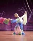 La genuflessione della studentessa esegue il ballo di ventaglio Fotografia Stock