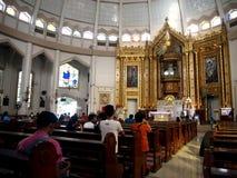 La genuflexión católica de los devotos y ruega foto de archivo libre de regalías
