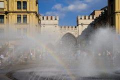 La Germania, Baviera, Monaco di Baviera, Karlsplatz, fontana in priorità alta Immagini Stock Libere da Diritti