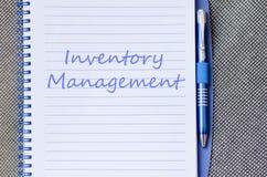 La gestión de inventario escribe en el cuaderno imagen de archivo libre de regalías