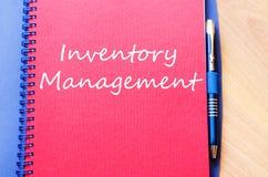La gestión de inventario escribe en el cuaderno imágenes de archivo libres de regalías