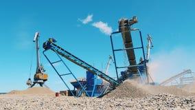 La ghiaia sta ottenendo la terra dalla macchina industriale stock footage