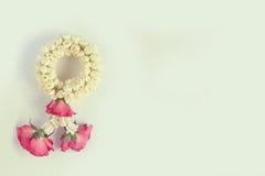 La ghirlanda bianca della rosa rossa e del gelsomino nel colore d'annata con la copia spazia il chiaro fondo Immagini Stock Libere da Diritti