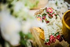 La ghirlanda del fiore per la sposa e lo sposo nelle nozze tailandesi Immagine Stock