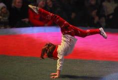 La ginnasta esegue gli sport Fotografie Stock