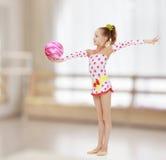 La ginnasta fa gli esercizi con una palla Fotografie Stock