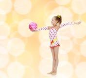 La ginnasta fa gli esercizi con una palla Fotografia Stock Libera da Diritti