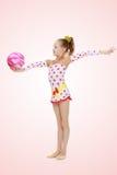 La ginnasta fa gli esercizi con una palla Fotografie Stock Libere da Diritti