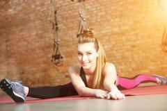 La ginnasta femminile attraente sta preparandosi nella palestra Fotografie Stock Libere da Diritti