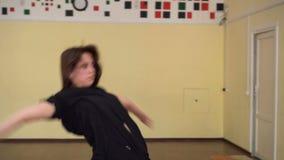 La ginnastica di dancing della ragazza allunga Corridoio video d archivio