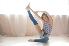 La ginnastica di dancing della ragazza allunga Corridoio Immagini Stock Libere da Diritti