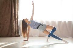 La ginnastica di dancing della ragazza allunga Corridoio Immagine Stock Libera da Diritti