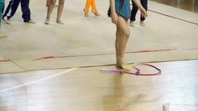 La ginnastica ritmica, atleti si scalda prima della concorrenza stock footage