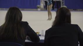 La ginnastica ritmica giudica il gruppo, sport stock footage