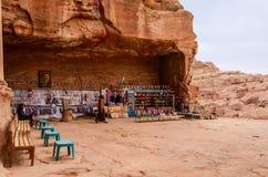 La Giordania, PETRA, un negozio di regalo vicino alle tombe reali Fotografie Stock Libere da Diritti