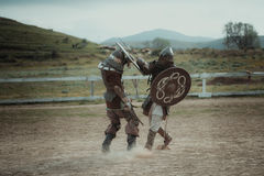 La giostra medievale knights in caschi e nella battaglia della posta a catena sulla spada Immagine Stock