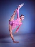 La giovane ballerina che posa nell'allungamento della cordicella Fotografia Stock
