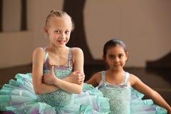 La giovane ballerina piega le sue braccia Fotografie Stock