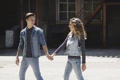 La giovane bella coppia di modo che porta i jeans copre della luce del giorno Immagine Stock Libera da Diritti