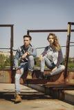 La giovane bella coppia di modo che porta i jeans copre della luce del giorno Immagine Stock