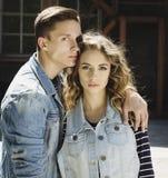 La giovane bella coppia di modo che porta i jeans copre della luce del giorno Immagini Stock