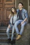 La giovane bella coppia di modo che porta i jeans copre della luce del giorno Fotografie Stock Libere da Diritti