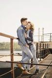 La giovane bella coppia di modo che porta i jeans copre della luce del giorno Fotografia Stock Libera da Diritti