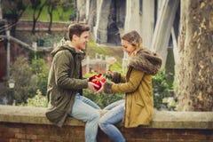 La giovane bella coppia nell'amore che celebra il giorno di biglietti di S. Valentino presenta Fotografie Stock