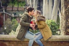 La giovane bella coppia nell'amore che celebra il giorno di biglietti di S. Valentino presenta e pane tostato Immagine Stock