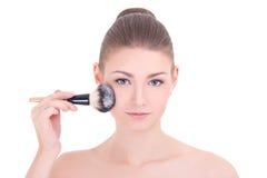 La giovane bella donna che applica il rossetto o la polvere con compone il brus Fotografie Stock Libere da Diritti