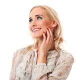 La giovane bella donna con capelli biondi tocca il suo fronte sopra briciolo Fotografia Stock Libera da Diritti