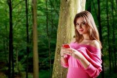 La giovane bella donna con il sorriso a trentadue denti invia il messaggio Fotografia Stock