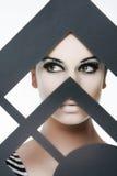 La giovane bella donna con l'occhio luminoso compone Immagine Stock