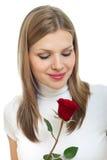 La giovane bella donna con un singolo colore rosso è aumentato fotografie stock