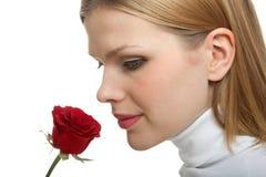 La giovane bella donna con un singolo colore rosso è aumentato immagini stock libere da diritti