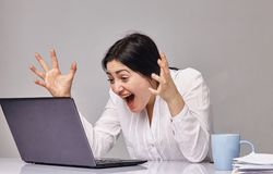 La giovane bella donna emozionante è colpita da cui ha visto sul suo schermo Fotografia Stock