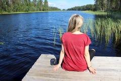La giovane bella donna gode della natura della Finlandia fotografia stock libera da diritti